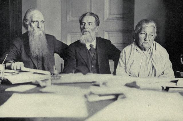 Ветераны русской революции: Чайковский, Лазарев и Брешко-Брешковская. 1921 г.