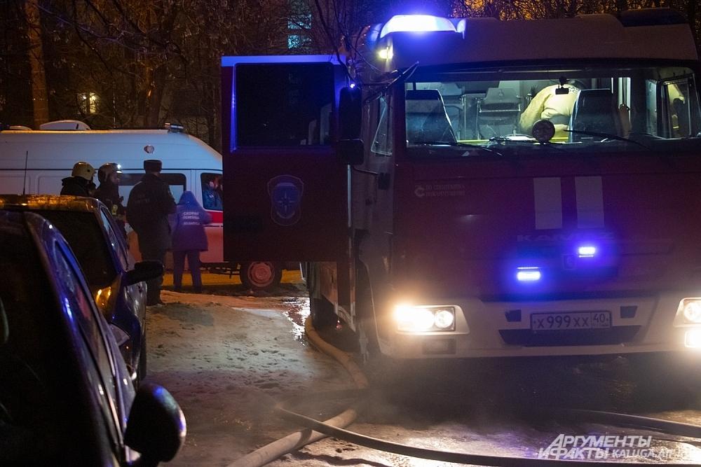 На месте происшествия помимо пожарных работали бригады скорой помощи.