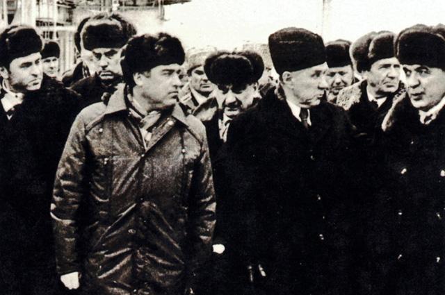 А. Н. Косыгин (в центре) на Оренбургском газоперерабатывающем заводе (1975). Слева — директор завода В. С. Черномырдин