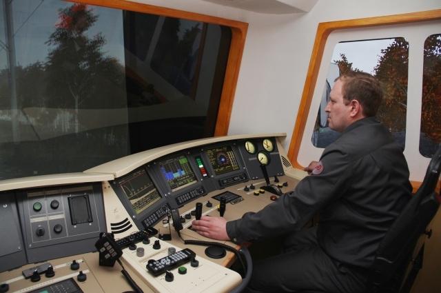 Машинист электровоза Дмитрий Юров продемонстрировал возможности нового тренажёра