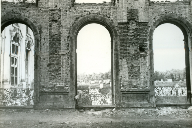 После отступления фашистов остались лишь полуразрушенные стены.