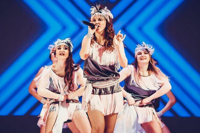 В выступлениях Валентина совмещает вокал и хореографию.