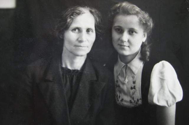 Нина с мамой Анастасией, 1947 год.