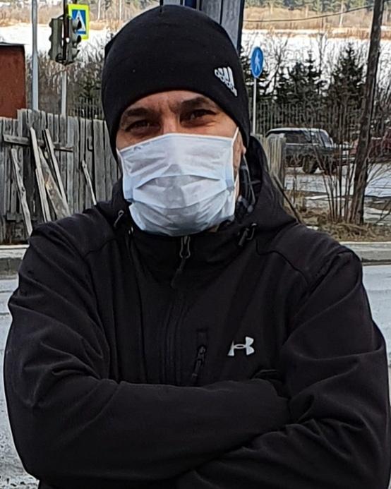 Андрей Казаков каждый день по нескольку раз ездит в продуктовые магазины, чтобы закупиться.