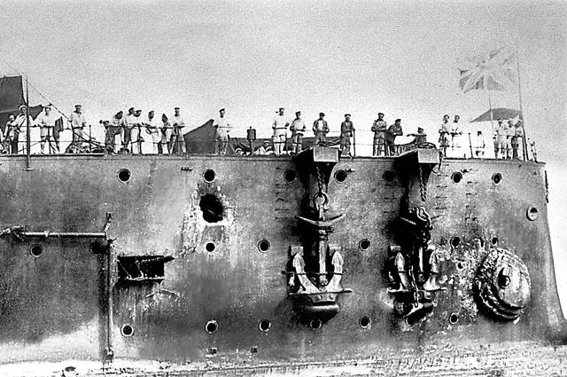 Пробоины в корпусе крейсера «Аврора» после Цусимской битвы.