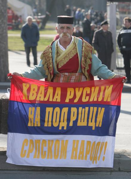 Участники общественного движения Dveri во время антиправительственных акций в Белграде.