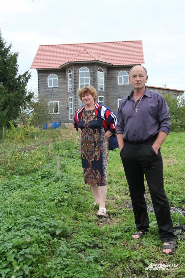 Римма и Йонас на фоне своего дома.