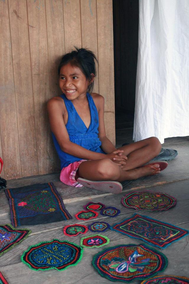 Женщины племени делают прекрасные вышивки на салфетках, рубашках и юбках, полотнищах в духе парео.