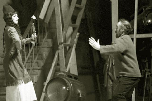 На съёмках художественного кинофильма Саят-Нова . Режиссер-постановщик фильма Сергей Параджанов и исполнительница роли царевны Анны Софико Чиаурели, 1968 год
