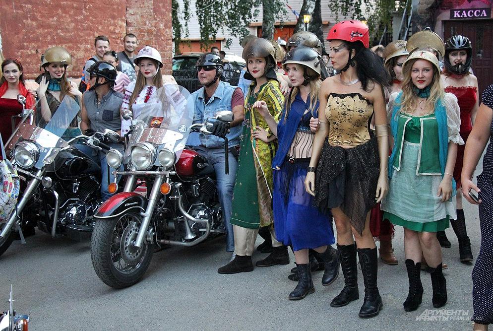 Актрисы театра были в костюмах.