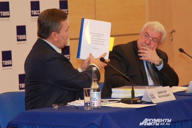 Виктор Янукович демонстрировал документы и трёхтомные доказательства преступления новой власти.