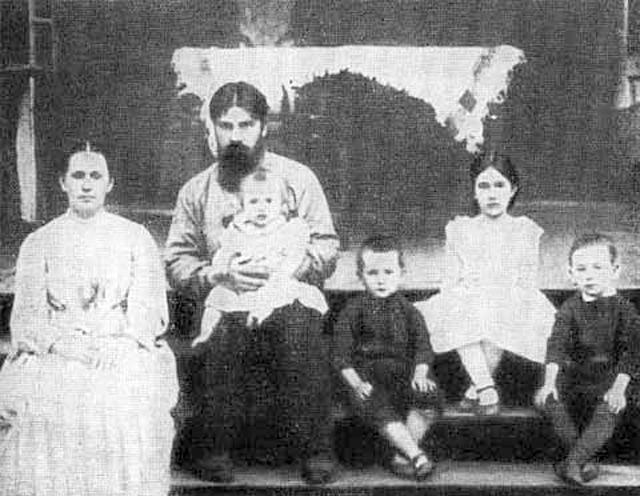 Б. с семьей на даче в период его работы в Казани.