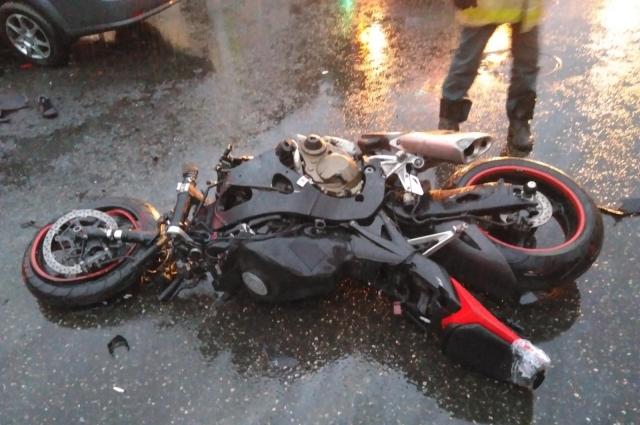 Водитель мотоцикла погиб на месте.
