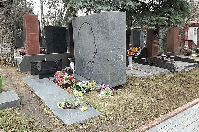 Могилы Людмилы Целиковской и Каро Алабяна на Новодевичьем кладбище Москвы.