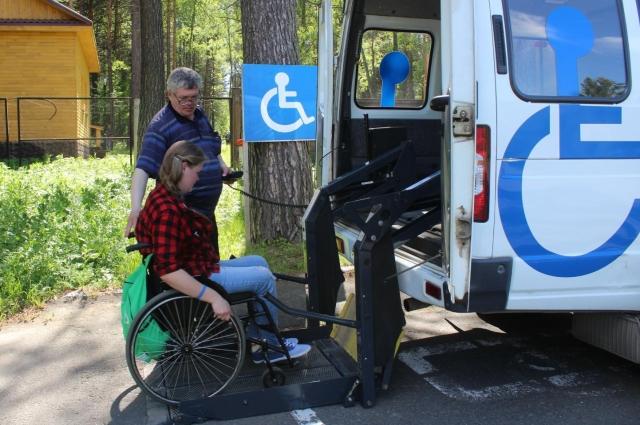 Главная проблема инвалида-колясочника - это выйти из собственной квартиры, сесть в автобус. Только в последние годы у нас стал появляться специальный транспорт.