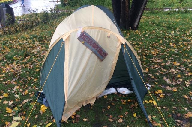 Импровизированный палаточный городок стоит у здания правительства.