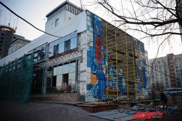Хозяин здания начал демонтаж из-за аварийного состояния кладки здания.