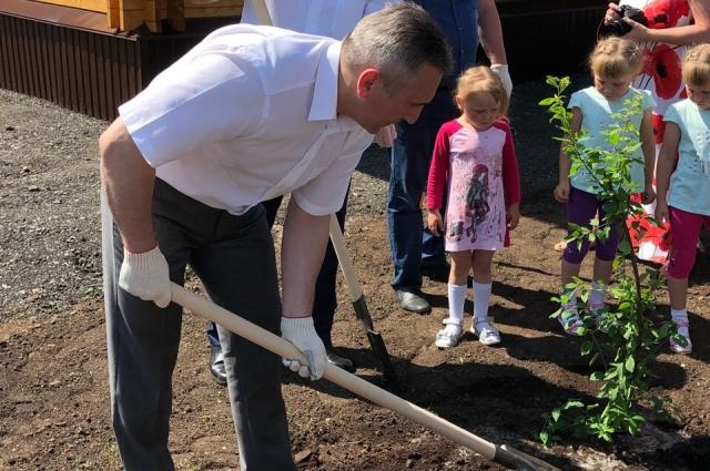 В саду новоселов, воспитывающих семерых детей, врио губернатора посадил яблоньку.