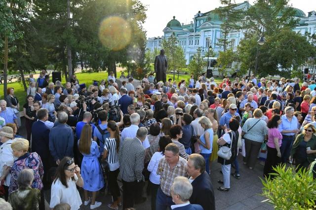 На открытие памятника пришло много народа.