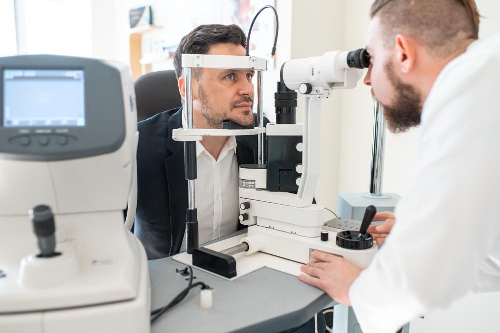 кабинетах «Линзы даром» проверка зрения доступна лицам старше 18 лет, проводится всегда бесплатно и не требует предварительной записи.