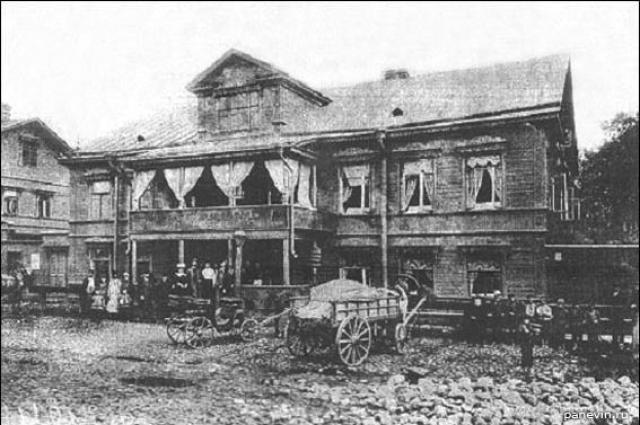 Первое питейное заведение было двухэтажным.