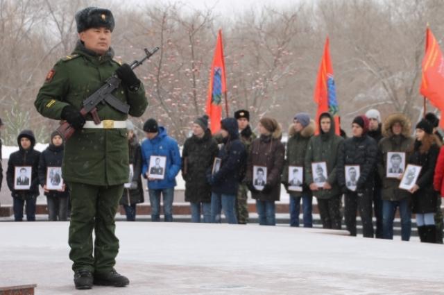 В руках сегодняшних учеников фотографии тех, кто не вернулся, отдавая Родине воинский долг.