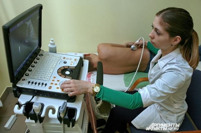 Врач УЗИ Елена Бондик обследует почки больного