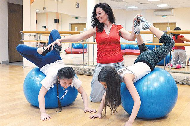 Татьяна Драгомиретская, руководитель студии танцев народов мира: «Мы танцуем восточные, кавказские танцы, также ставим гимнастические этюды, спортивные номера».
