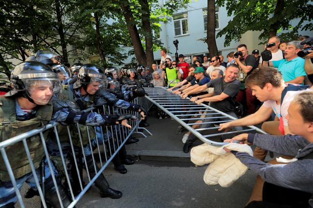 Крупнейшие мировые издания массово публиковали фото «зверств полиции», но ни слова не упомянули о том, что акция была незаконной.