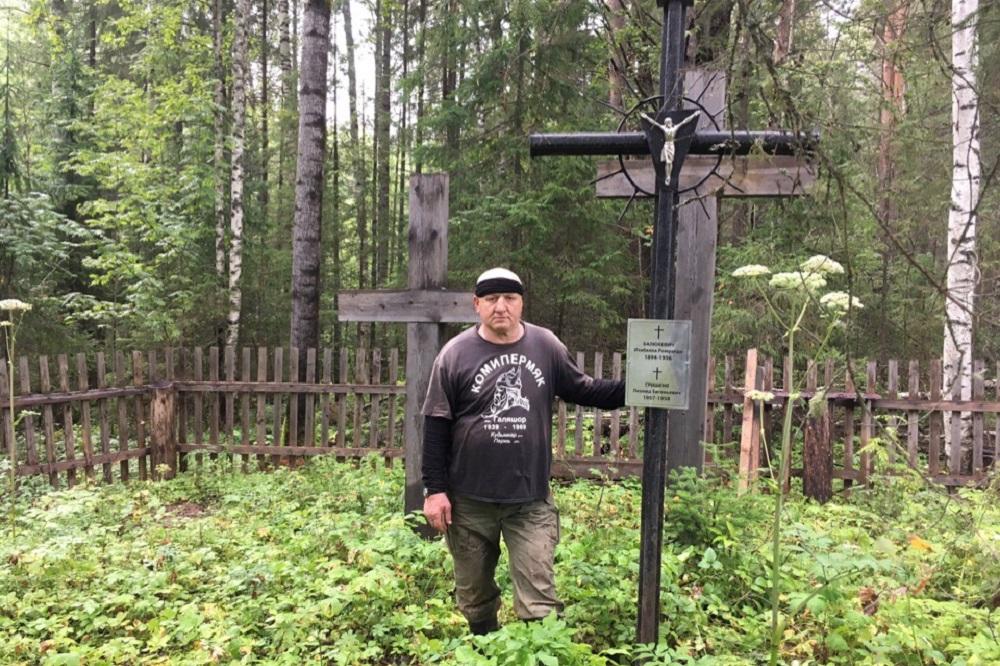 Евгений Балюкевичус - поляк, родился в Галяшоре, куда выслали его маму. Сейчас живет в Литве.