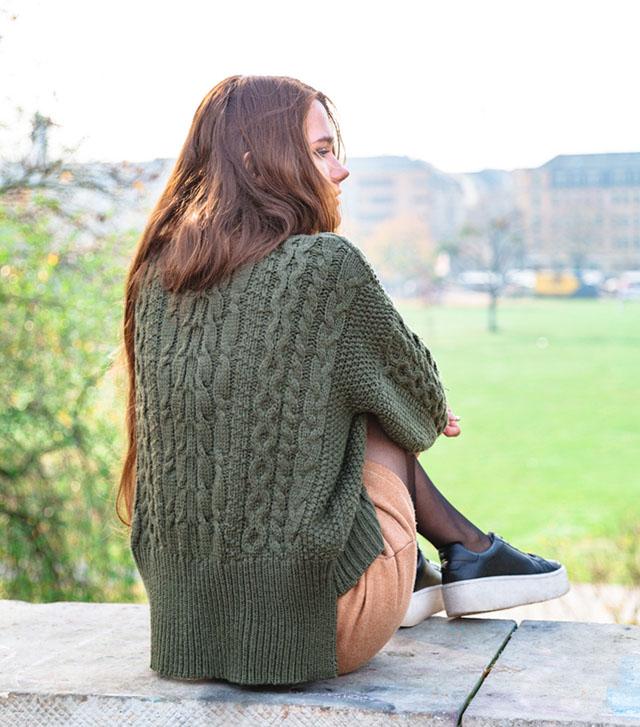 Удлиненный свитера крупной вязки.