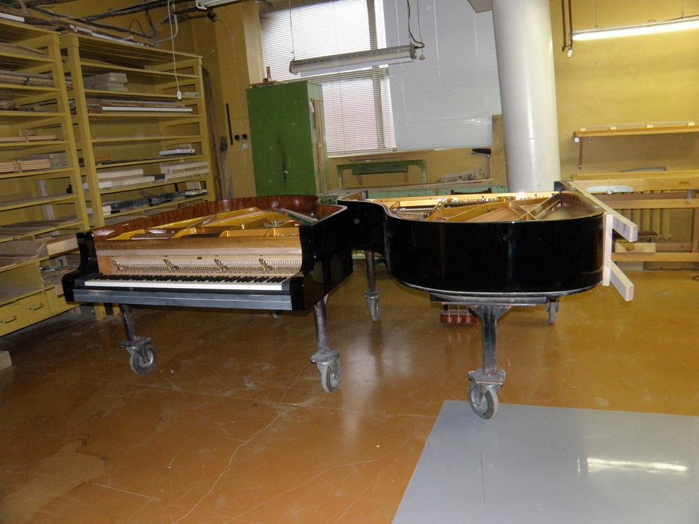 Один изэтапов производства роялей «Эстония».
