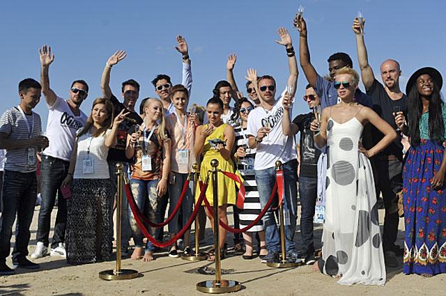 Конкурсанты на церемонии открытия барельефа «Новая волна - 2014», проходящей в рамках XIII международного конкурса молодых исполнителей популярной музыки «Новая волна».