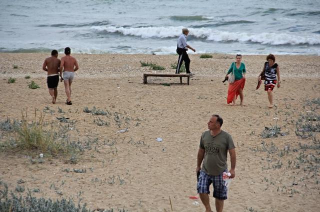 Махачкалинский пляж. Мужчины разного возраста явно задумали окружить фривольно одетых девушек «плотным кольцом»)