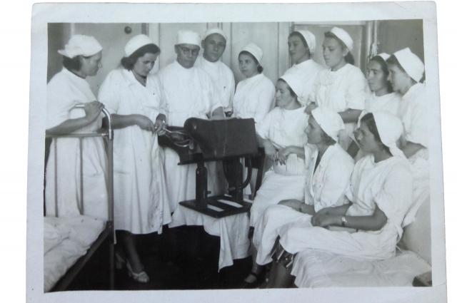 Нина Ильинична (вторая слева) в самом начале врачебного пути
