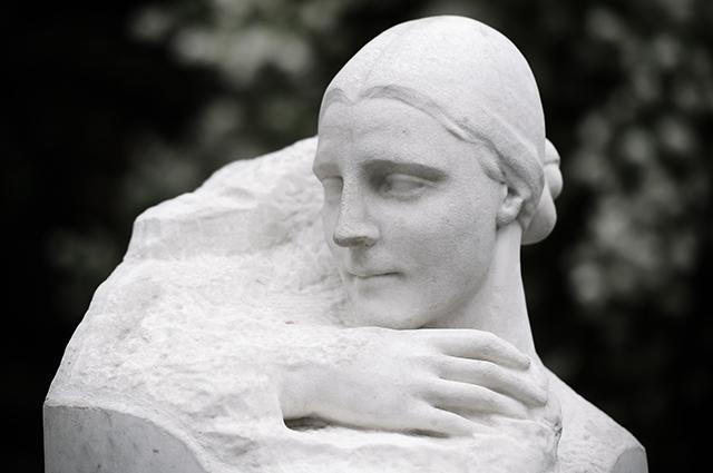 Памятник на могиле жены Надежды Аллилуевой.