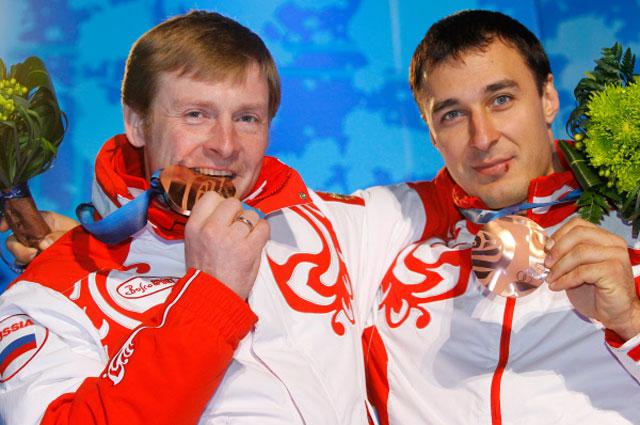 Российский экипаж в составе Александра Зубкова и Алексея Воеводы, завоевавший бронзовую медаль в соревнованиях по бобслею на XXI зимних Олимпийских играх. 2010 год