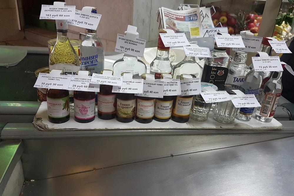 Торговля лосьонами, «боярышником» на кассе одного из магазинов сети «Алфавит» в Рязани.