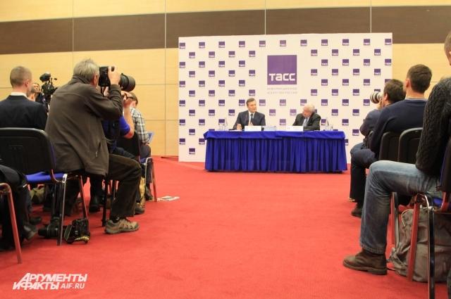 Около 100 представителей СМИ освещали действия беглого президента.