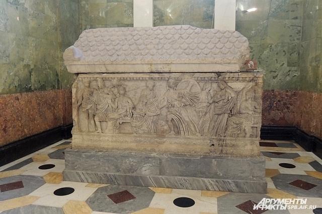 Некоторые исследователи считают, что гробница в зале Юпитера принадлежит самому Гомеру