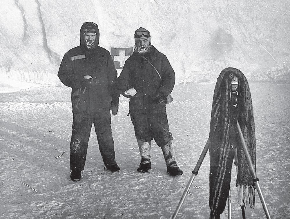 Игорь Жулдыбин (справа) с коллегой на станции «Мирный» на фоне айсберга. 1994 г.