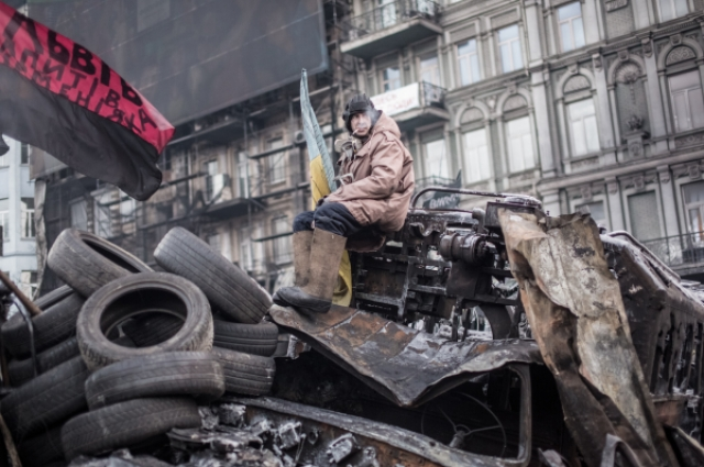 Митингующий на баррикадах на улице Грушевского в Киеве