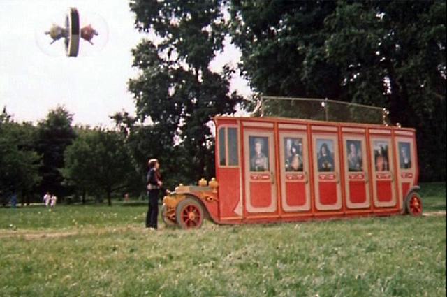Декорация красного «мгновенного автобуса», работающего как телепорт: через его двери можно попасть в любую точку Москвы.