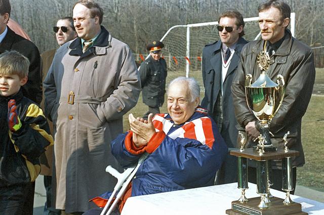 Николай Озеров присутствует на футбольном матче между сборными командами мэрии и Московской городской Думы. 1996 год.