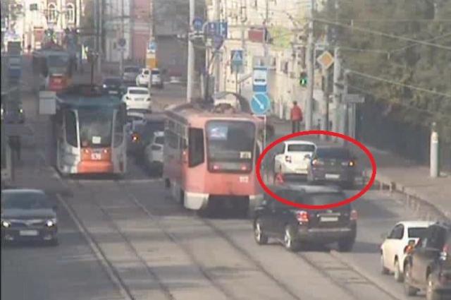 Автомобилисты объезжают место аварии по трамвайным путям.