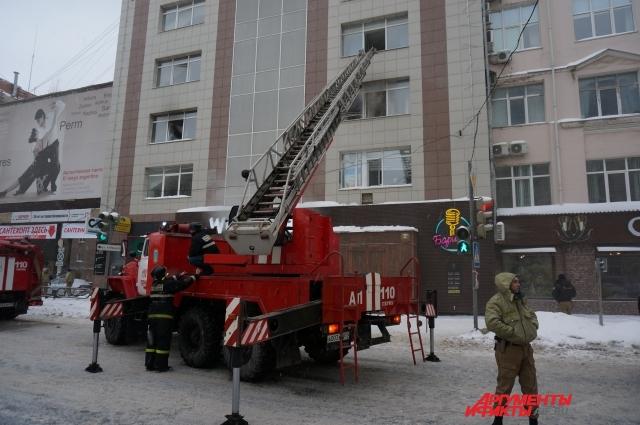 Пожар произошёл в одном из офисов на третьем этаже.