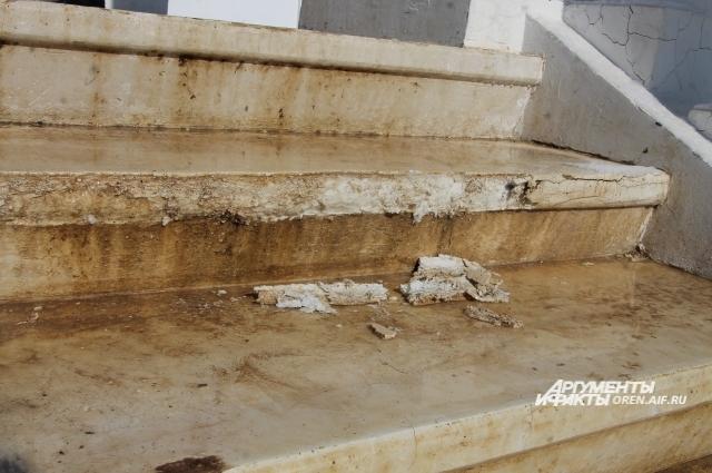 Ржавчина и разрушающиеся ступени, которым всего два года.