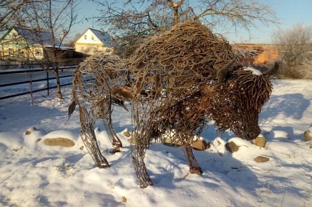 Зубр в посёлке Пржевальское напоминает о том, что в национальном парке «Смоленское Поозерье» восстанавливают популяцию этих когда-то почти вымерших по вине людей животных.