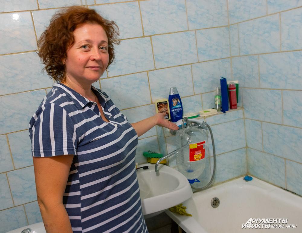 В ванной пришлось установить самодельный умывальник.