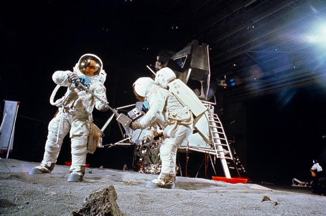 Олдрин (слева) и Армстронг в Хьюстоне во время тренировки выхода на лунную поверхность (22 апреля 1969 года).